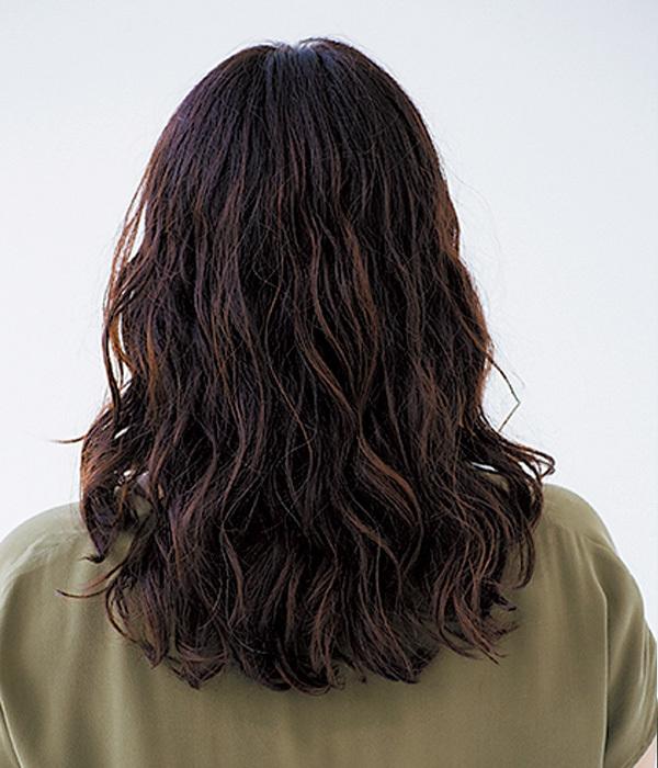 肩の力の抜けたダウンヘアでシンプル服でもおしゃれに【40代のミディアムヘア】_1_1-3