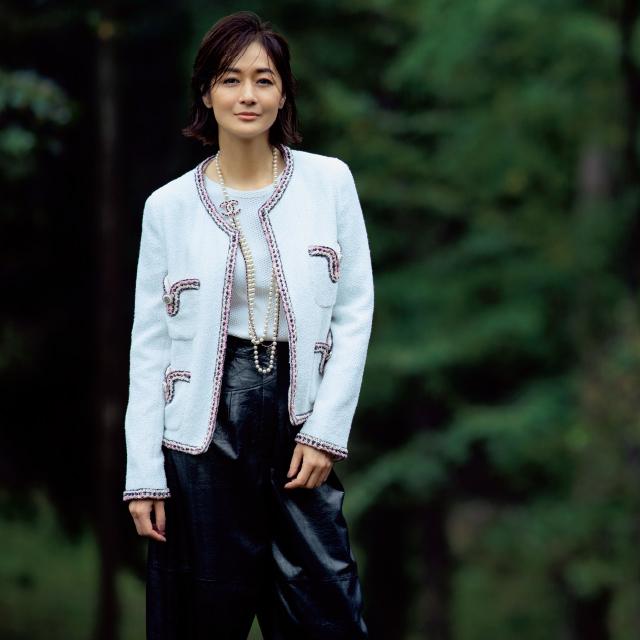 シャネルのジャケットスタイルの富岡佳子