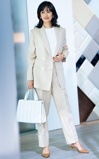高橋里奈が着こなすマックスマーラのブライトベージュスーツ