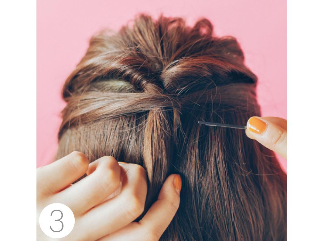 それぞれを結び目にくるりと巻きつけて、ヘアピンで固定。ヘアピンは見えないよう横からさして。最後に髪飾りをつけて完成!