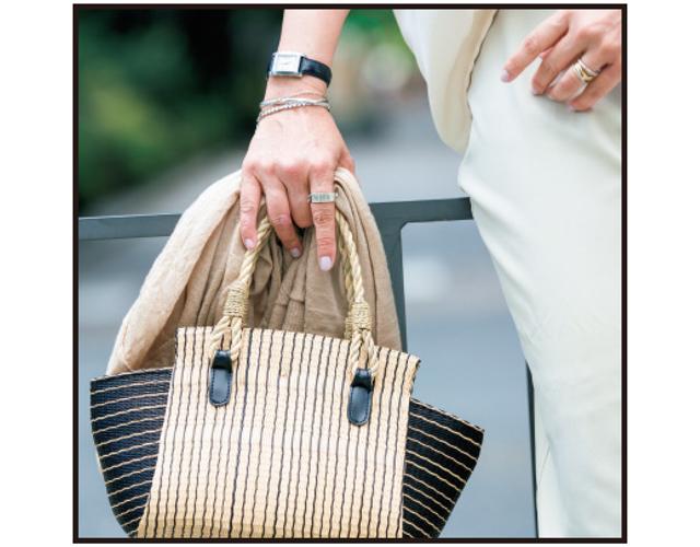 夏素材のバッグはマチの部分が黒