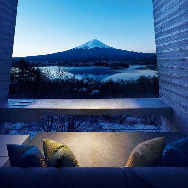 すべてのキャビンのテラスから、河口湖越しに富士の絶景が望める