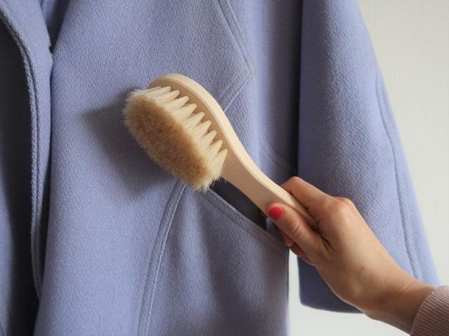 浅草アートブラシ社の洋服ブラシ 馬毛100%なところが気に入っています