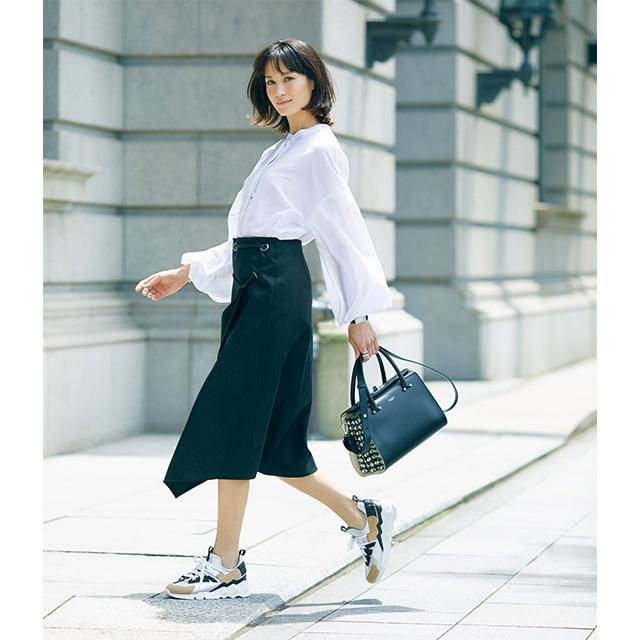 白ブラウスと黒ボトム。鉄板の組み合わせの鮮度を高めるのは、スニーカーのメタリック感