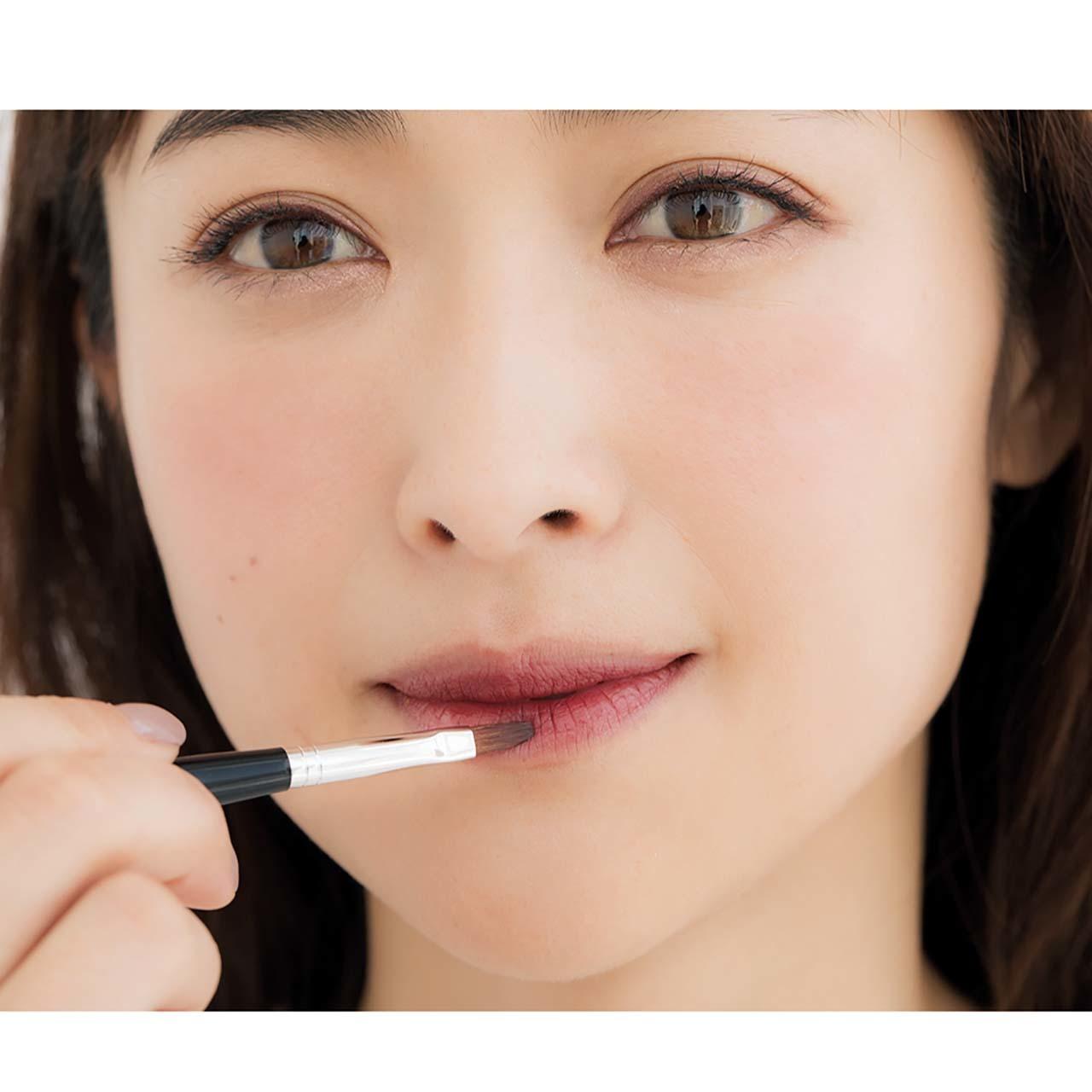 リップブラシにとり、唇の「中央内側」から外側へと塗り広げる