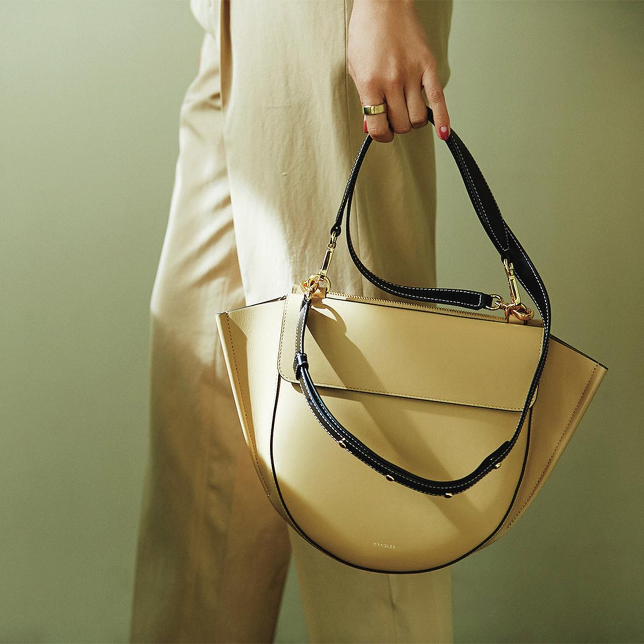 ベージュのバッグ