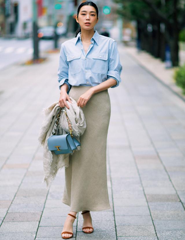 リネン素材でナローラインのロングスカートを着こなすゆうき