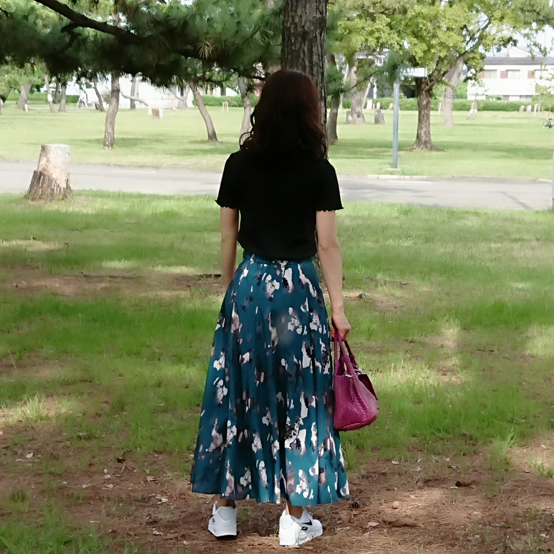 グリーンロングスカート   黒Tシャツ  スニーカー