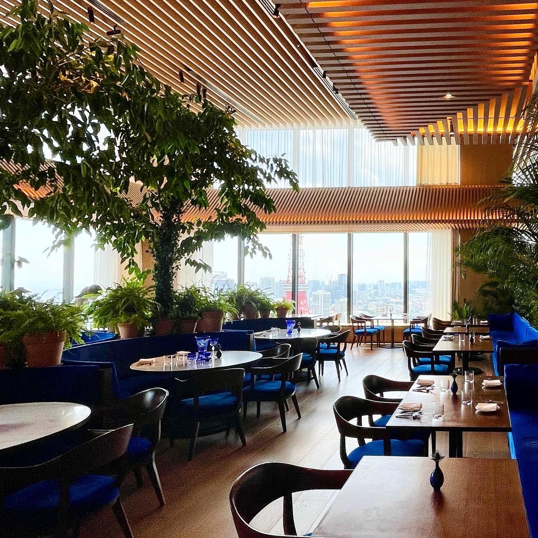 東京エディション虎ノ門のレストラン「ブルーダイニング」の店内写真