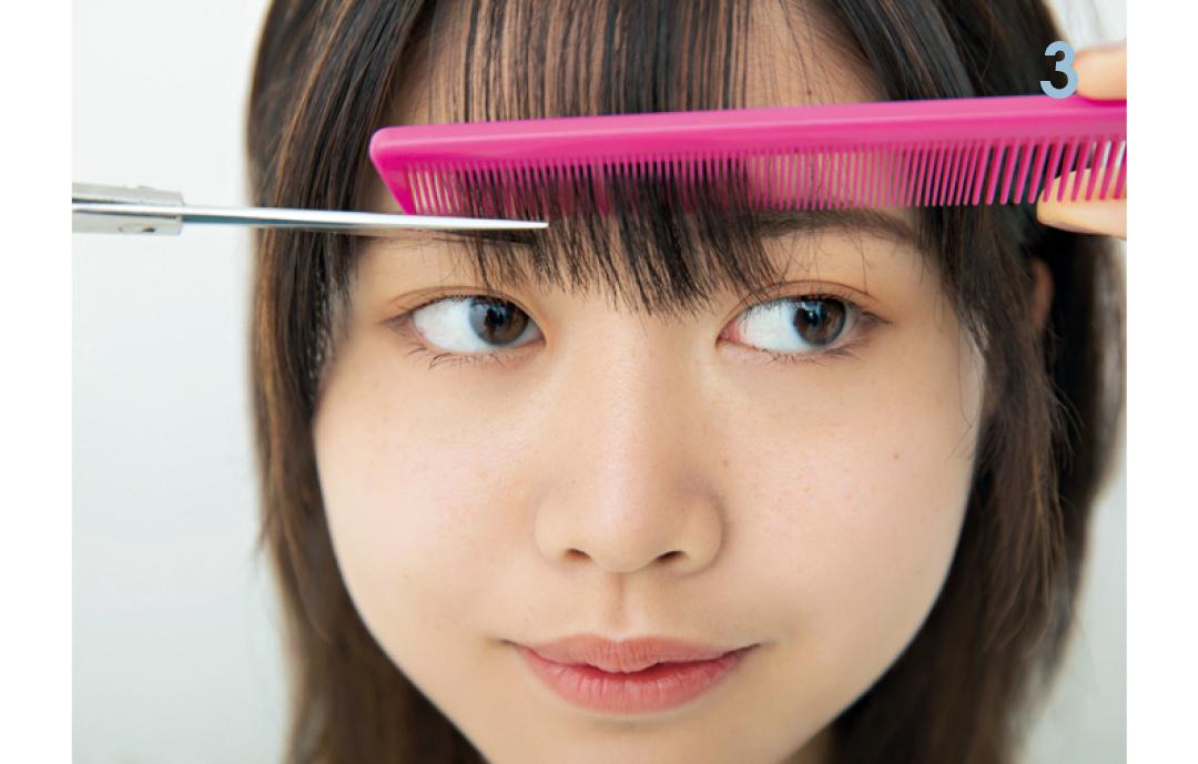 コームをガイドラインにして下段をカット  コームを通して、ハサミを横にし、眉ギリギリの長さに下段の前髪をカットする。コームで前髪を軽く押さえられるので、短く切りすぎる予防にもなる!