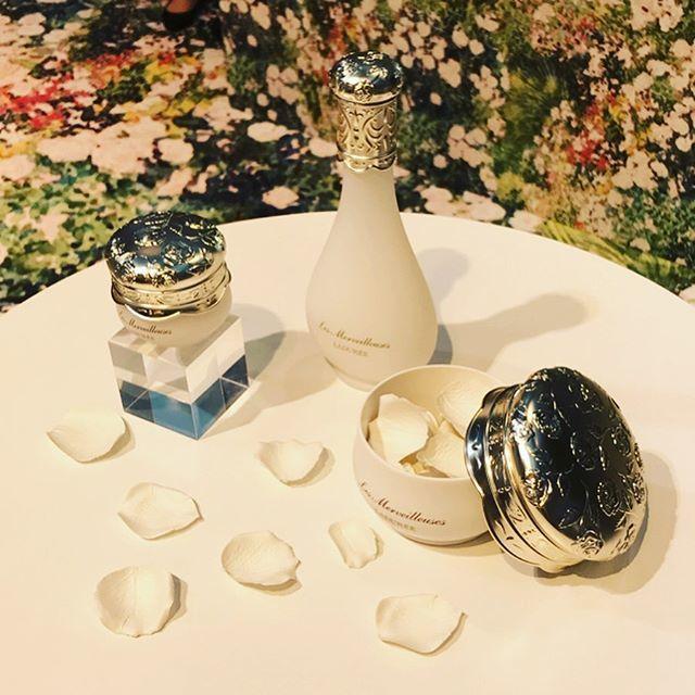 純白のバラの花びらで透明感ある肌づくり_1_1