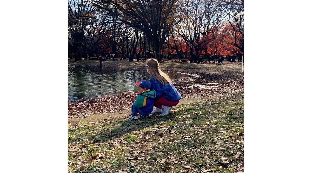 公園で池を見つめるぺこさんとリンクくん