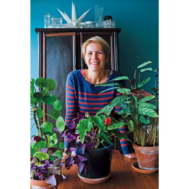 ❶瞑想とヨガのあとには、自宅のテラスや中庭の植物、菜園の手入れが毎朝の日課となったローレンスさん