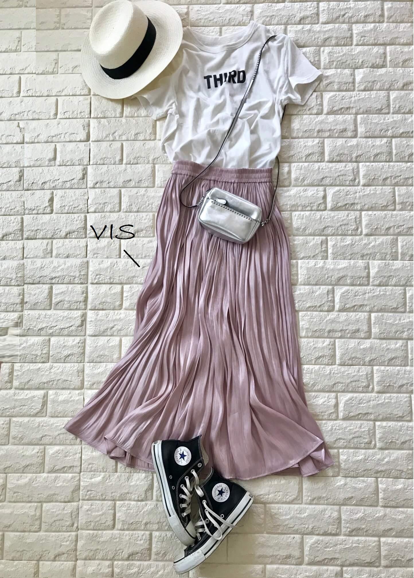 サードマガジンのTシャツとVISのスカートを合わせたスニーカーコーデ