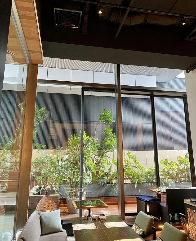 店内から外への様子 大きな窓ガラスで開放感あり