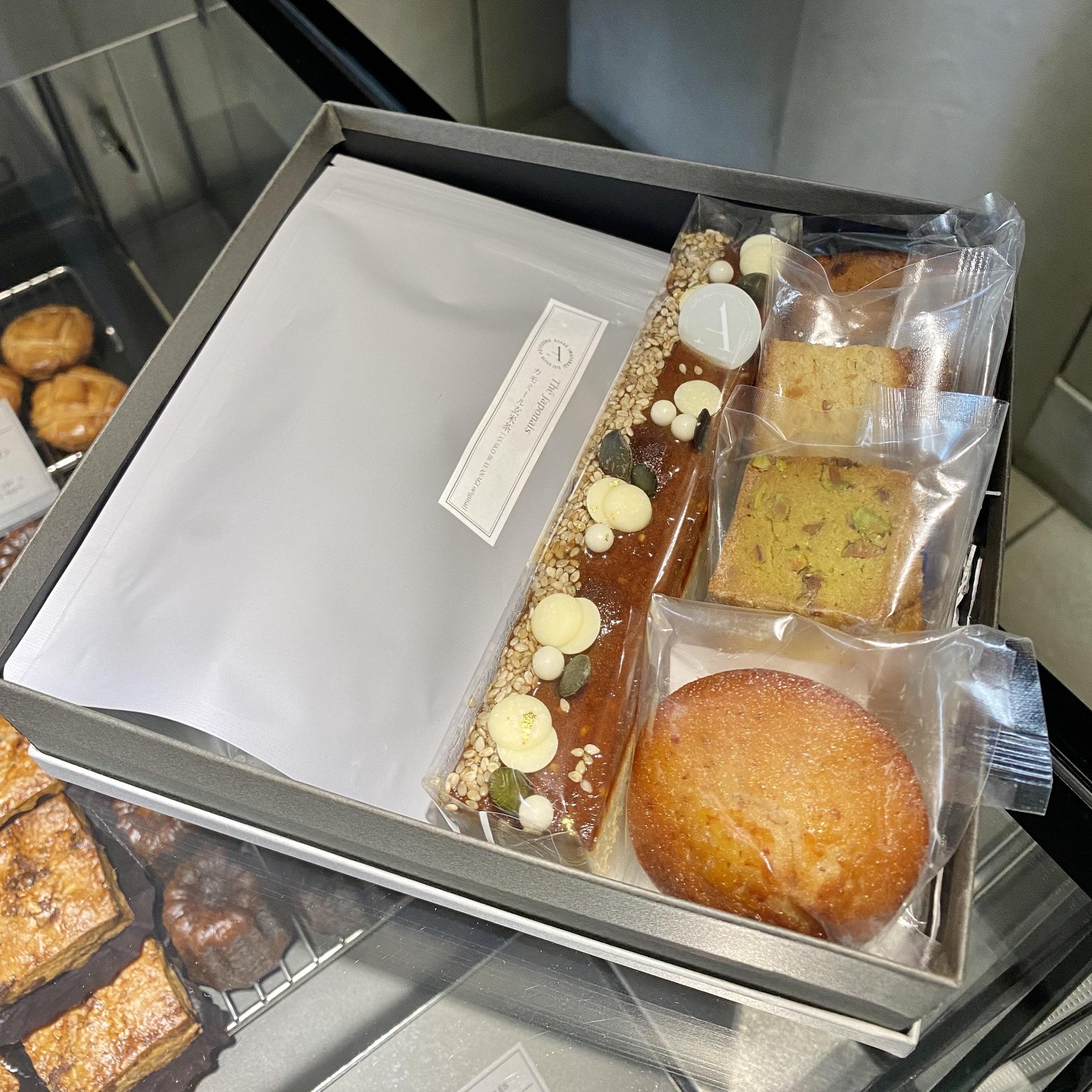 好きなお菓子やお茶を選んで箱に詰め合わせ