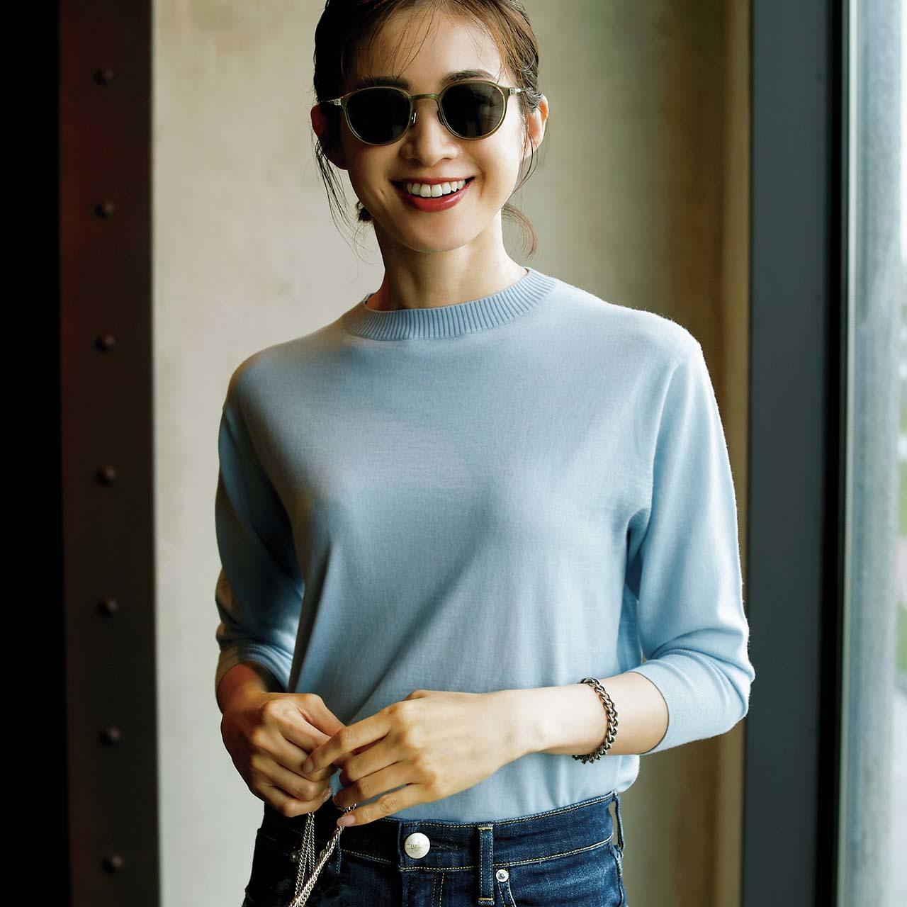 きれい色クルーネックニット+サングラスコーデを着たモデルの高垣麗子さん