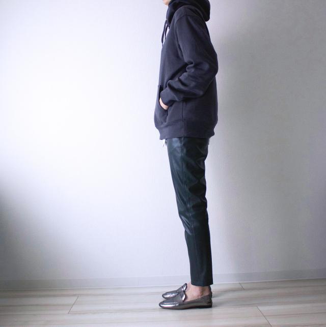 スウェットやフラットな靴と大人カジュアルなスタイルにも。