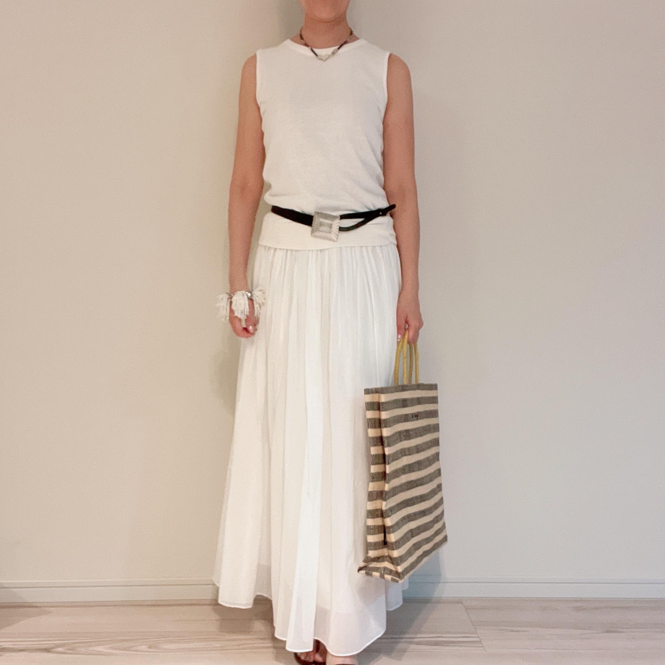 白ファッションに黒ベルトで引き締め効果