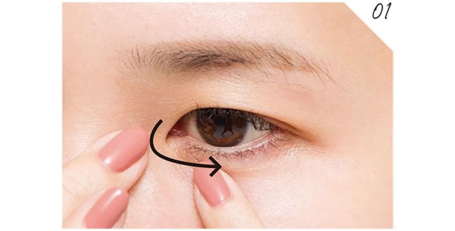 パテ系下地を薬指に少量取り、目頭の小ジワが気になる部分へON。軽く皮膚を引っぱりシワを伸ばすと塗りやすい。