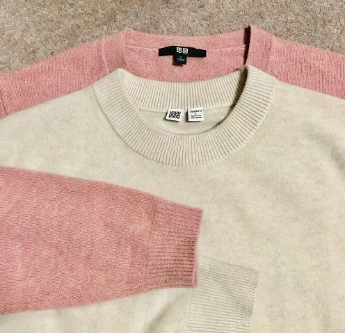 白ニット:プレミアムラムモックネックセーター ピンクニット:プレミアムラムクルーネックセーター(共にユニクロ)