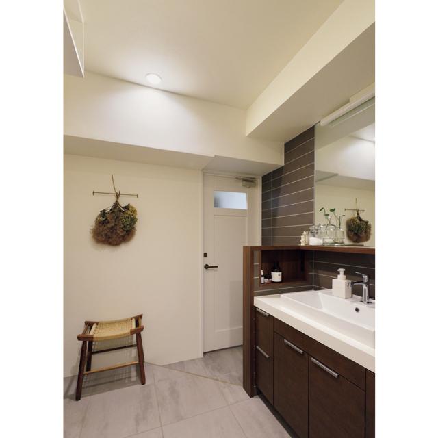 木とタイルで仕上げた洗練されたバスルーム