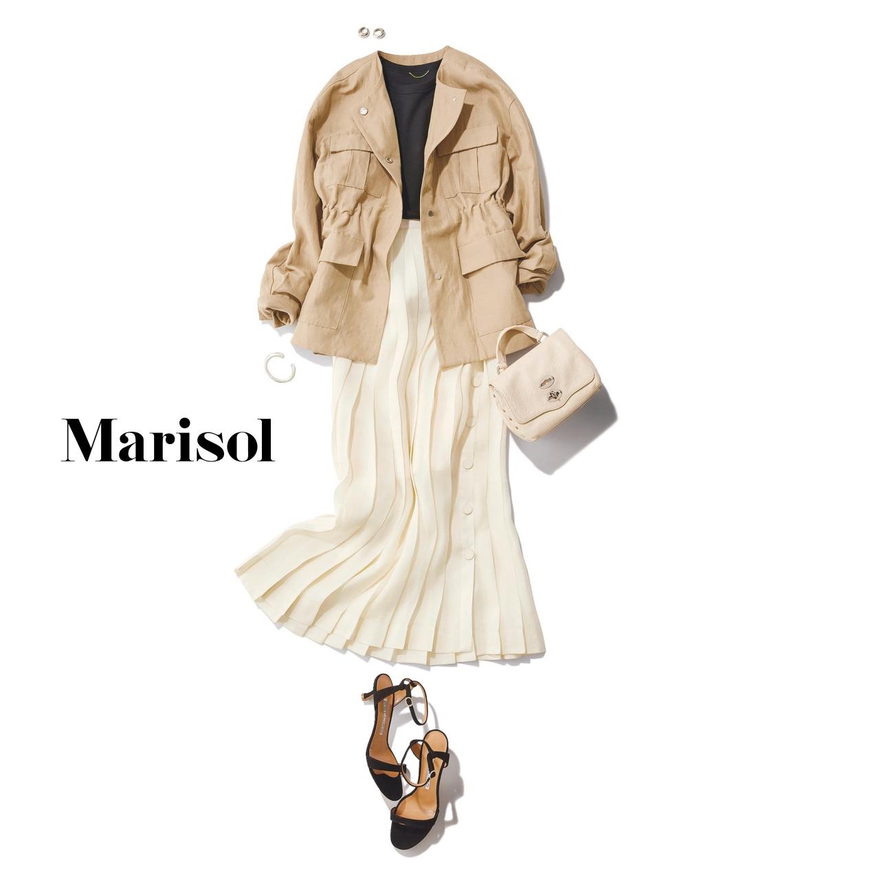 40代ファッション ベージュジャケット×黒Tシャツ×白プリーツスカートコーデ