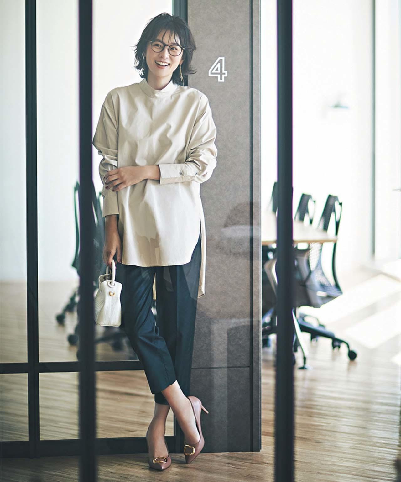 STUNNING LURE タックパンツの黒パンツ×シャツコーデを着るモデルの五明祐子さん