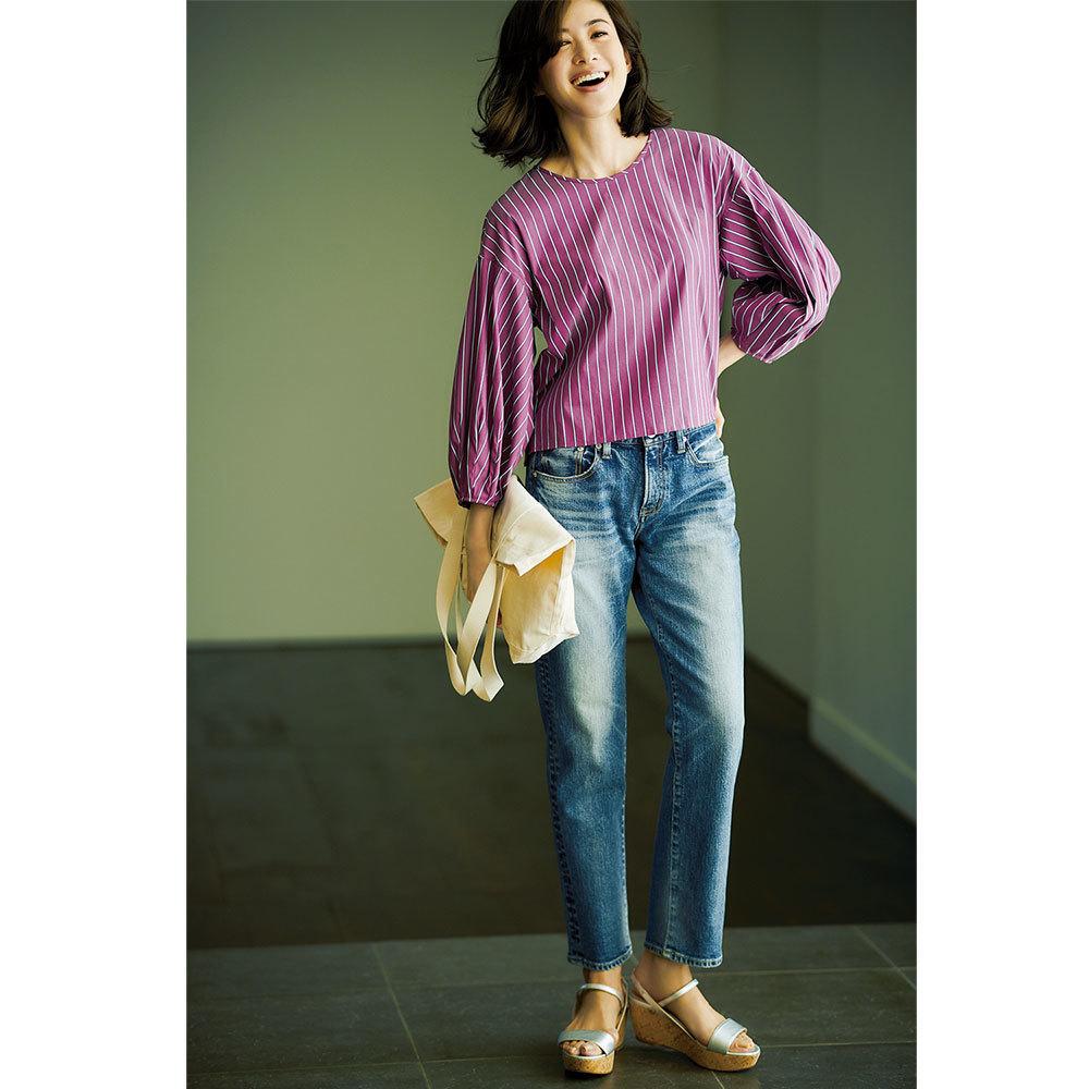 ストライブブラウス×デニムパンツのファッションコーデ