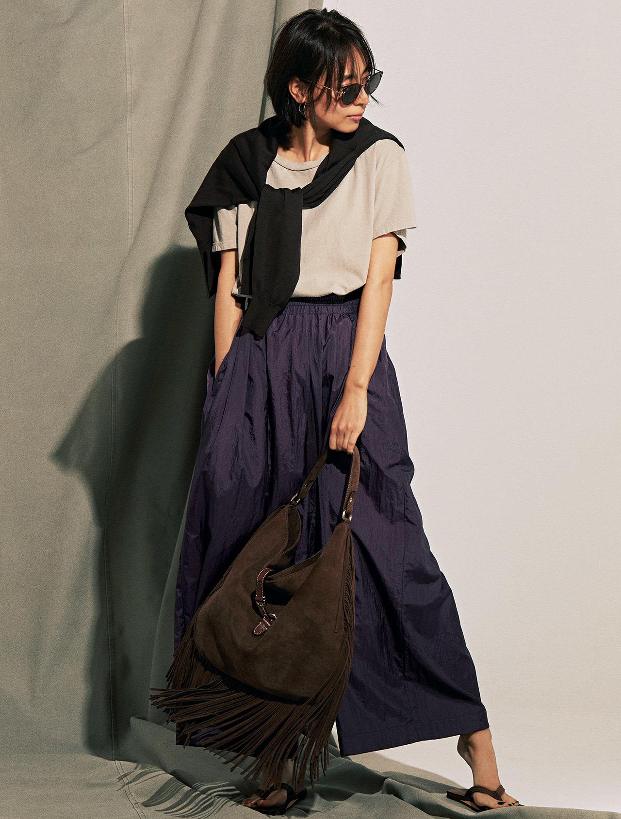 肩がけニット×Tシャツ×パープルのツヤパンツコーデを着たモデルの小泉里子さん