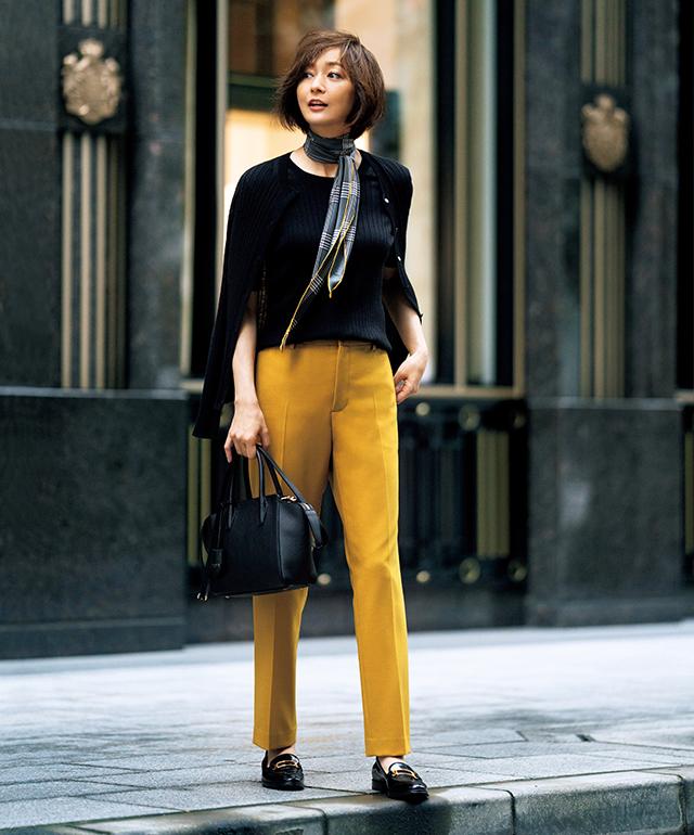いつもの着こなしが見違える カラーパンツで ひと足早く秋色に