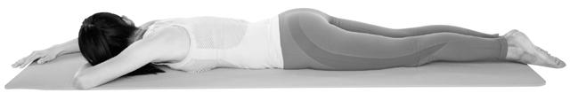 床にうつぶせに寝て両脚を伸ばす