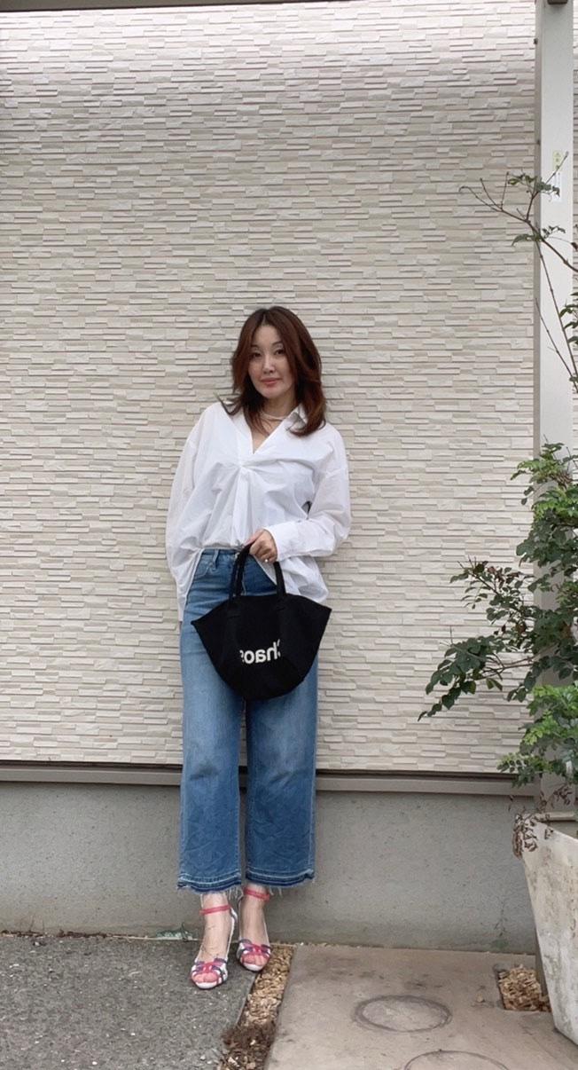 白シャツ デニム 黒のトートバッグ