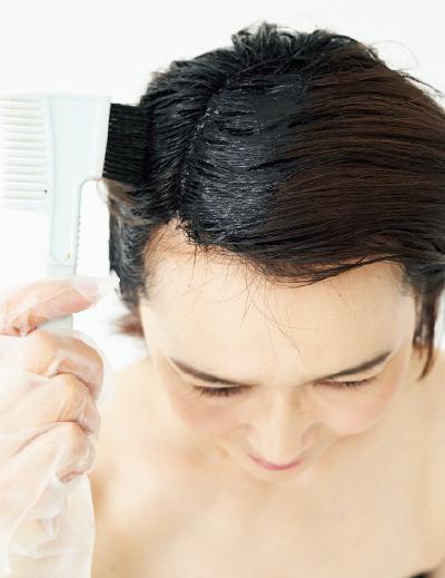 乾いた髪に、カラートリートメントをコームでつける