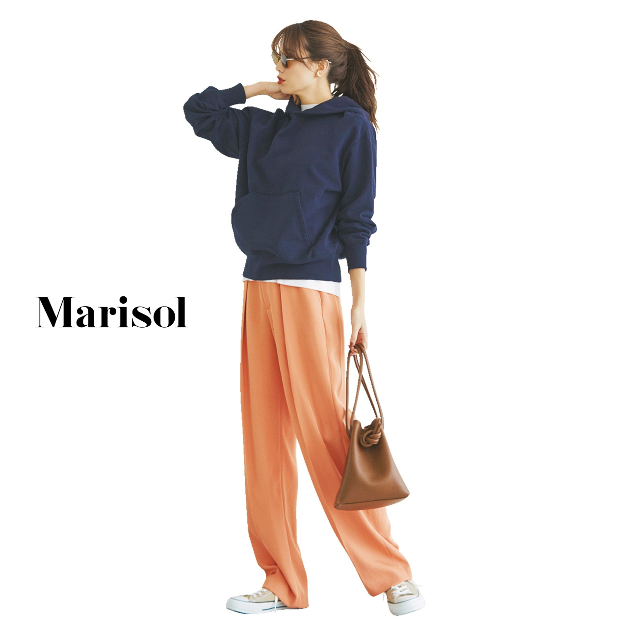 40代ファッション ネイビーフーディ×オレンジパンツコーデ
