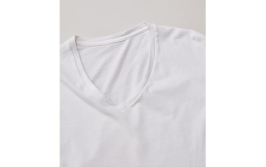 深いVネック白Tシャツ