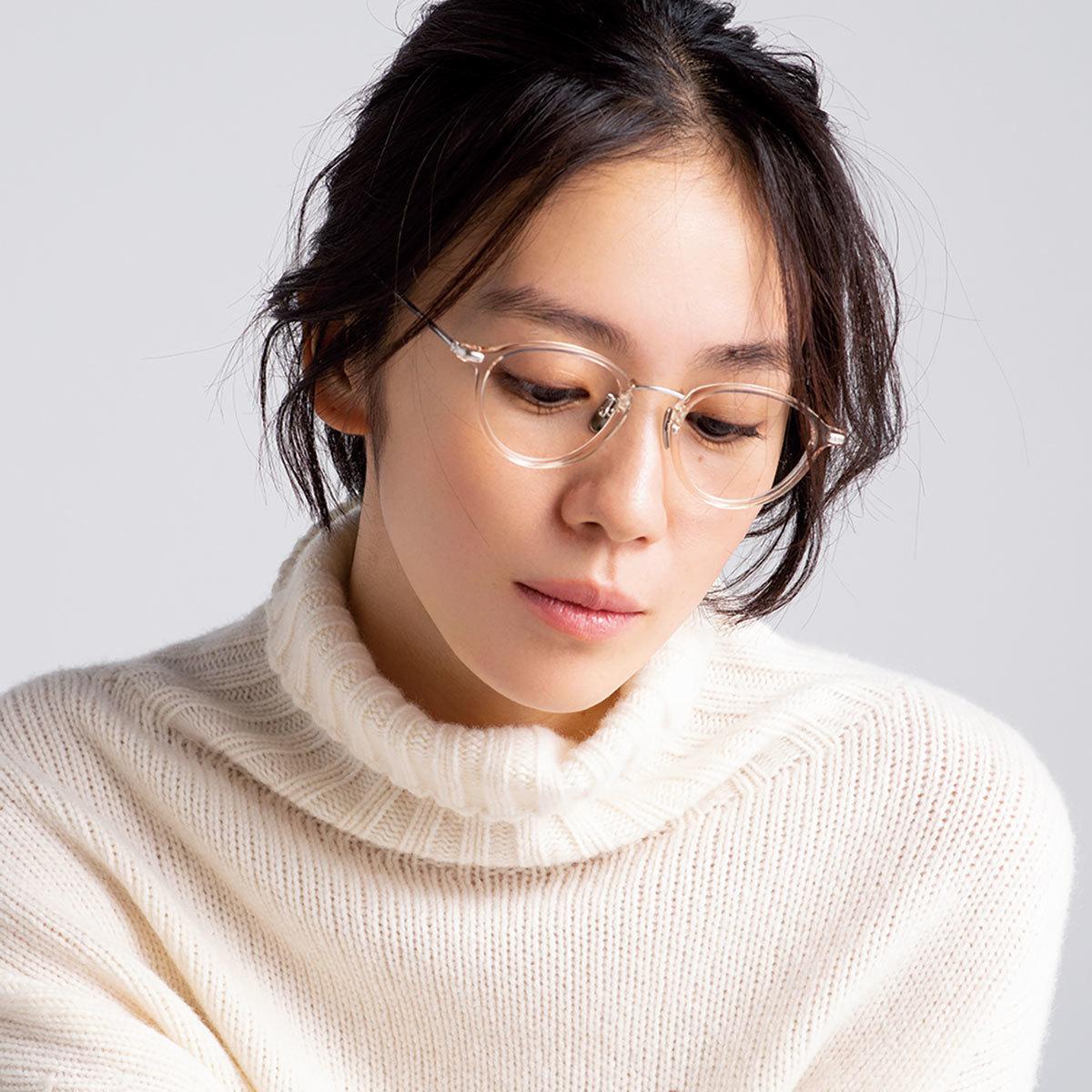 メガネ×ニットコーデを着たモデルの竹内友梨さん