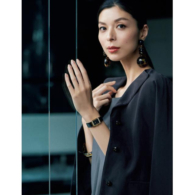 ジョルジオ アルマーニの時計「レベルソ・クラシック・スモール・デュエット」を着用した生方ななえ