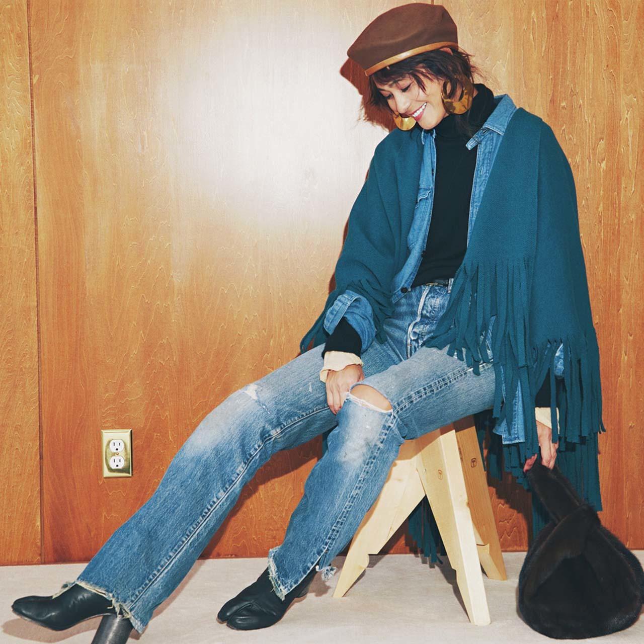バーバリーのストール×デニムシャツ×デニムパンツコーデを着たモデルの竹下玲奈さん