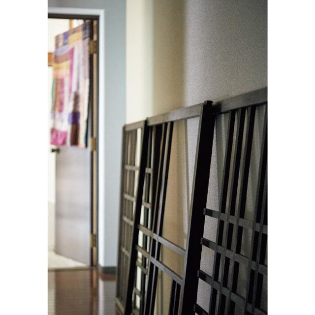 モンドリアンの絵を桟で表現した窓枠