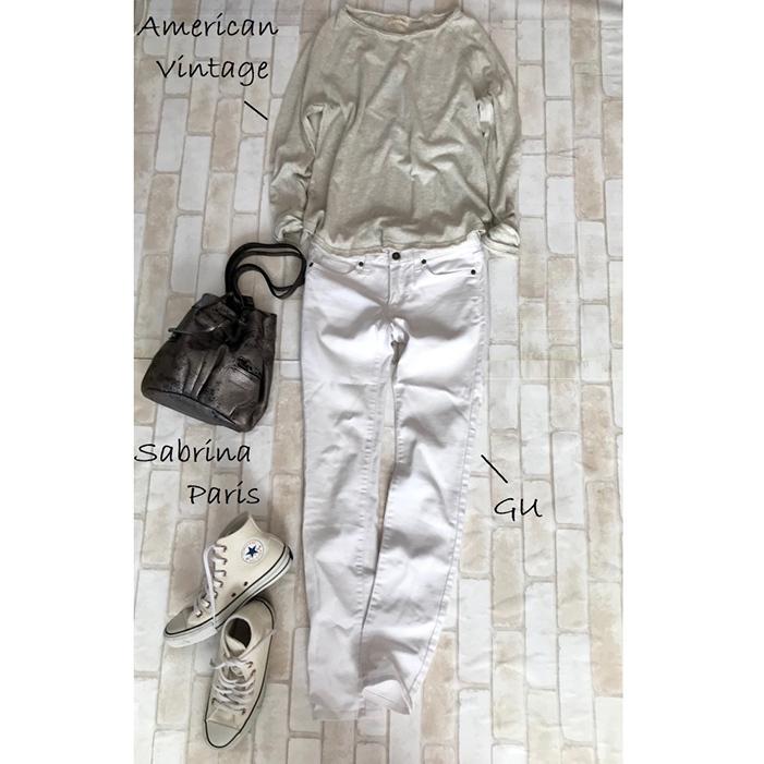 白コンバースのハイカットスニーカー×白デニムパンツのファッションコーデ