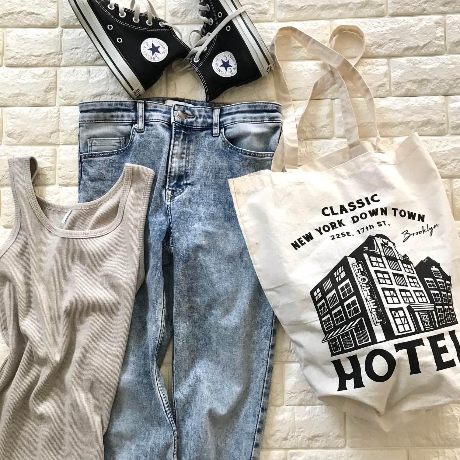 オーサムストアのショッピングバッグをデニムに合わせた画像