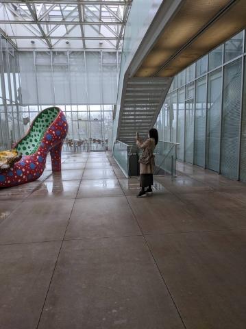 草間彌生さん<赤い靴>を撮影する私