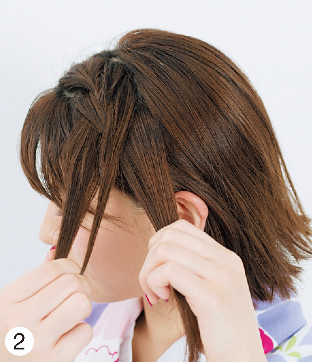 1で分けたトップから、サイドに向かって編み込みをしていく。ゆるめに編んでいき、耳上まで編んだら、編み目を軽く引き出して。