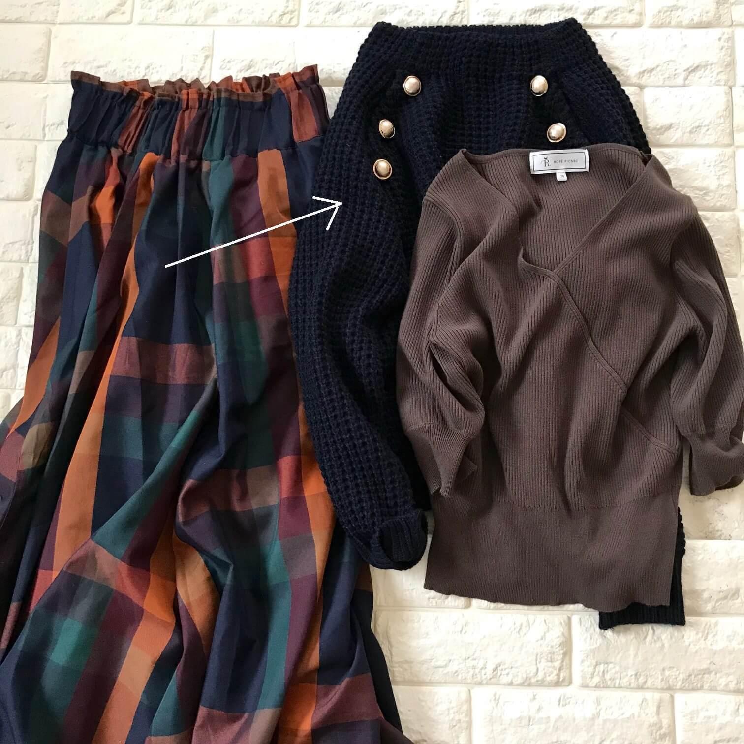 tiptopのチェック柄スカートとニットを合わせた画像