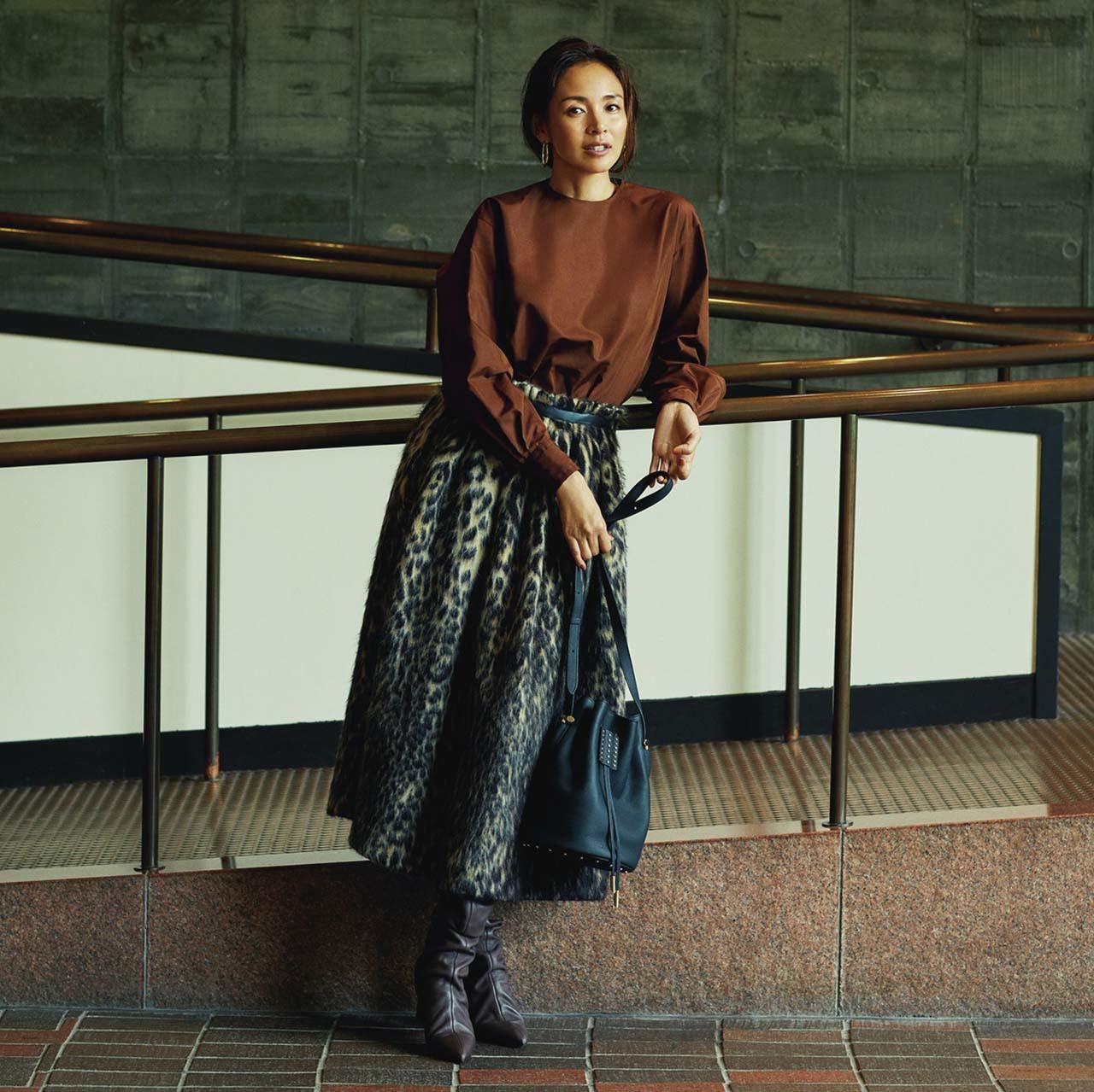 ブラウンのブラウス×レオパード柄のシャギースカートコーデを着たモデルのSHIHOさん