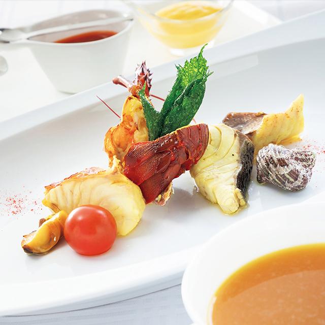 相模湾や駿河湾など近海の魚介類が味わえるブイヤベース風のひと皿