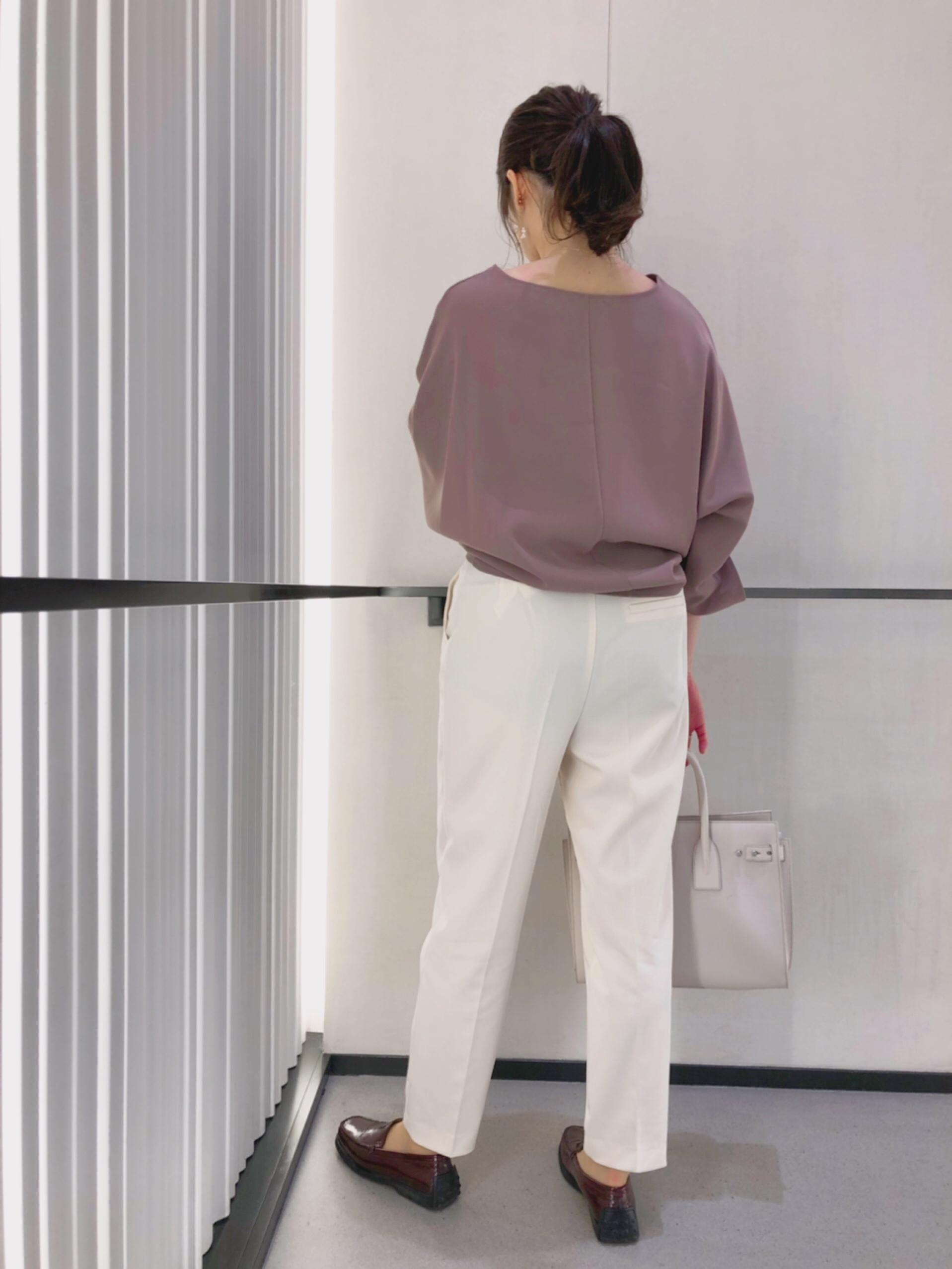 20代の娘は通勤にも使えるよう、白いパンツに合わせて(モカ)