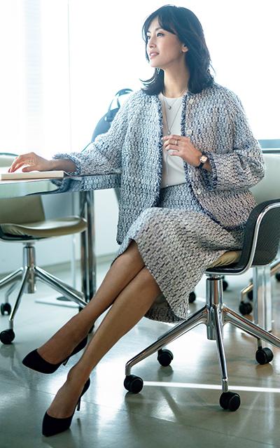 ヨシエ イナバの寒色系サマーツイードスーツがさわやかな高橋里奈