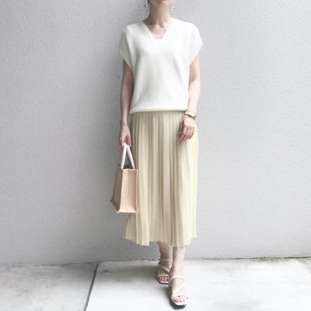 ユニクロのプリーツスカートと白のVネックセーターのコーデ